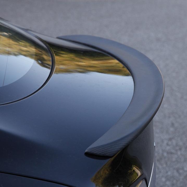 Här är performance spoilern monterad på en svart Tesla Model S