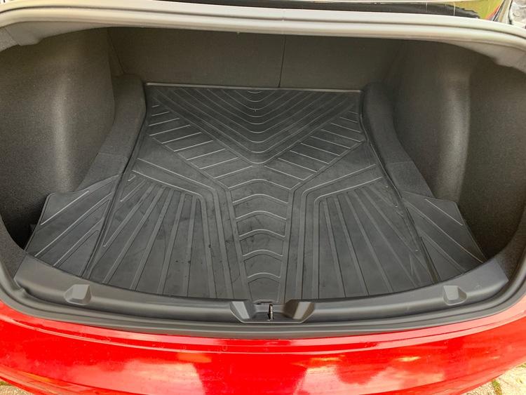 Bagagerumsmatta till Tesla Model 3 - ligger bra o följer utrymmets kanter väl