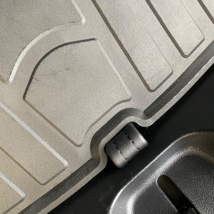Närbild på bagagerumsmattan till Tesla Model 3