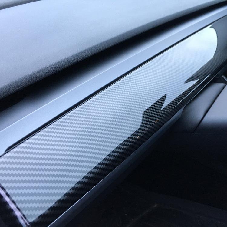 Panel i ABS-plast med mönster av carbon fiber. Glansig yta.