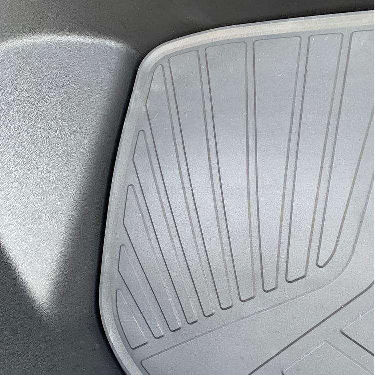 Närbild på frunkmattan till Tesla Model 3
