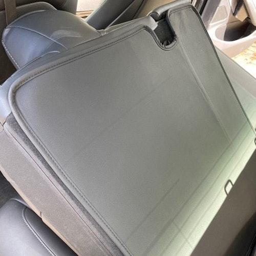 Skydd till baksidan av baksätena - Tesla Model 3