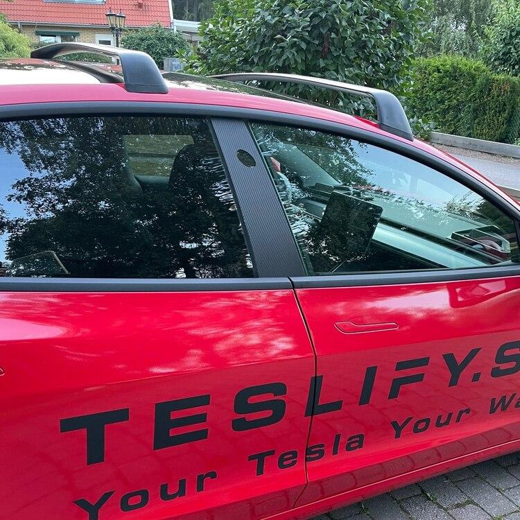 Folie carbon fiber-mönstrat t glaset på B-stolpen - Tesla Model 3