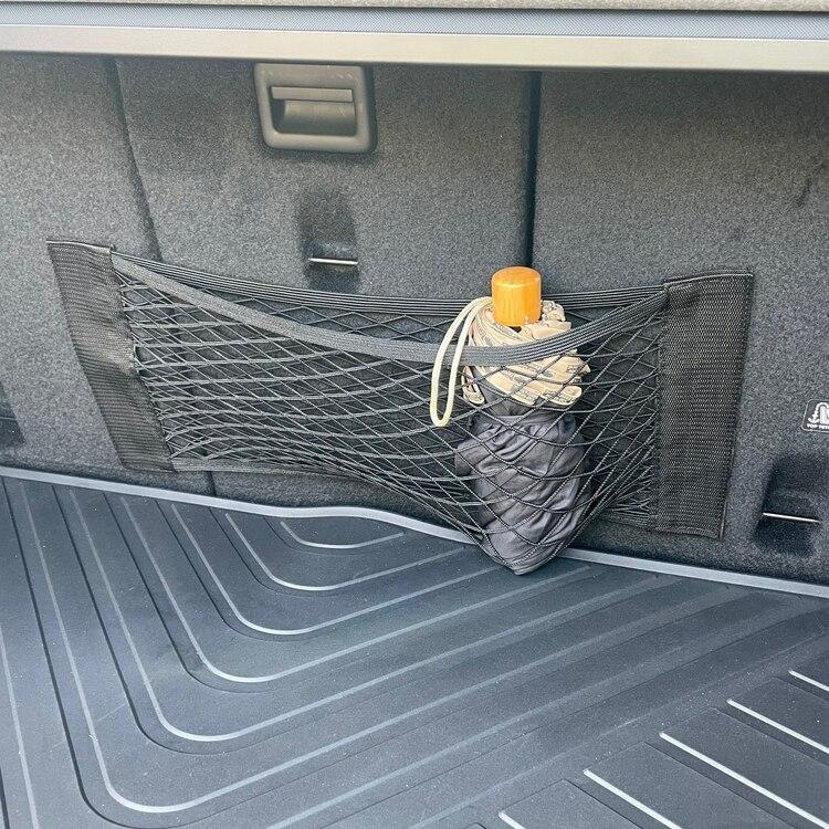 """Praktiskt nät för grejor som är """"bra att ha"""" i bilen."""