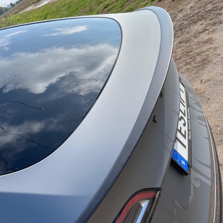 Spoiler i äkta carbon fiber - pricken över i:et på din Tesla Model Y!