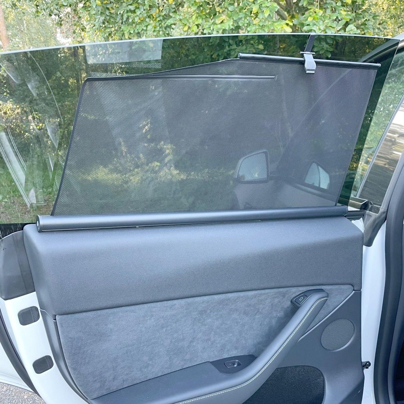 Smidig rullgardin som skyddar mot sol och insyn till din Tesla Model Y.