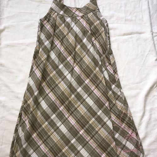 Rutig klänning stl 134