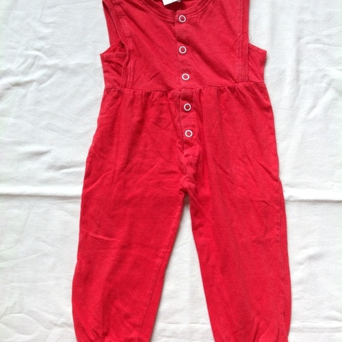 Röd byxdräkt stl 70