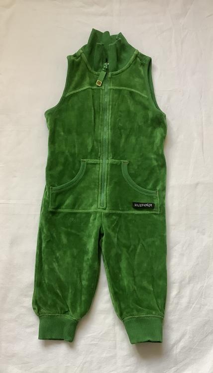 Grön velourdräkt stl 74