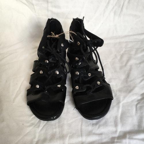 Svarta sandaletter stl 33