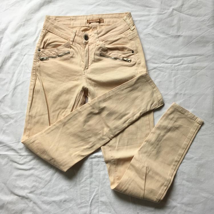 Aprikosfärgade jeans stl 36