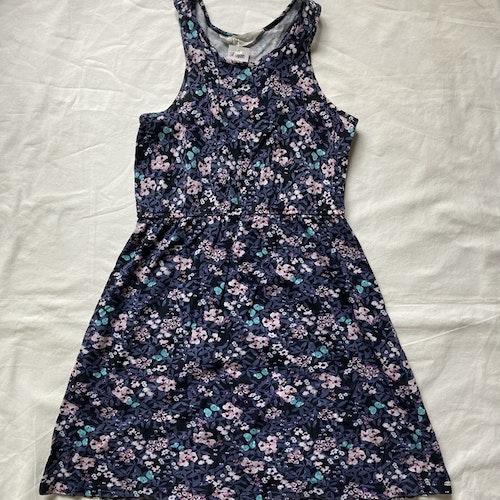 Blommig klänning stl 134/140