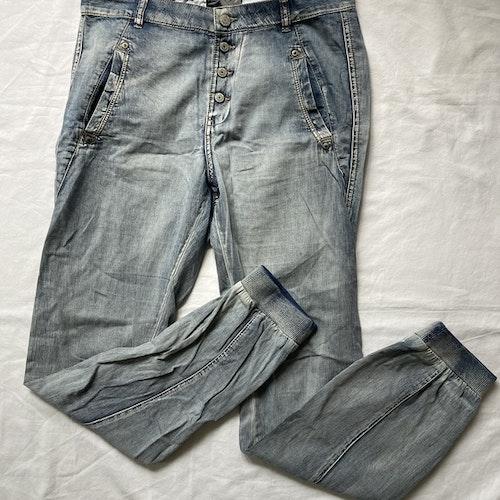 Jeans med muddar stl 36