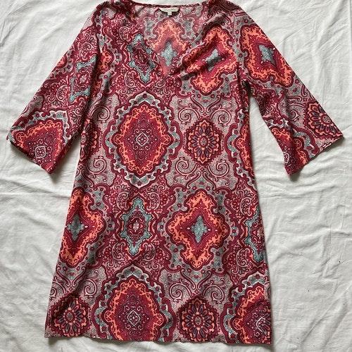Mönstrad klänning stl 36/38