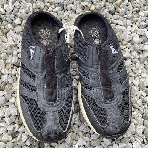 Svarta sneakers stl 33
