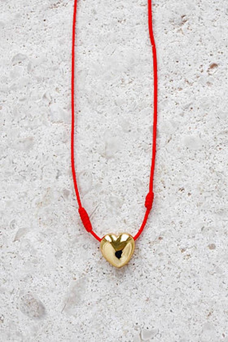 Hjärta med röd tråd guld