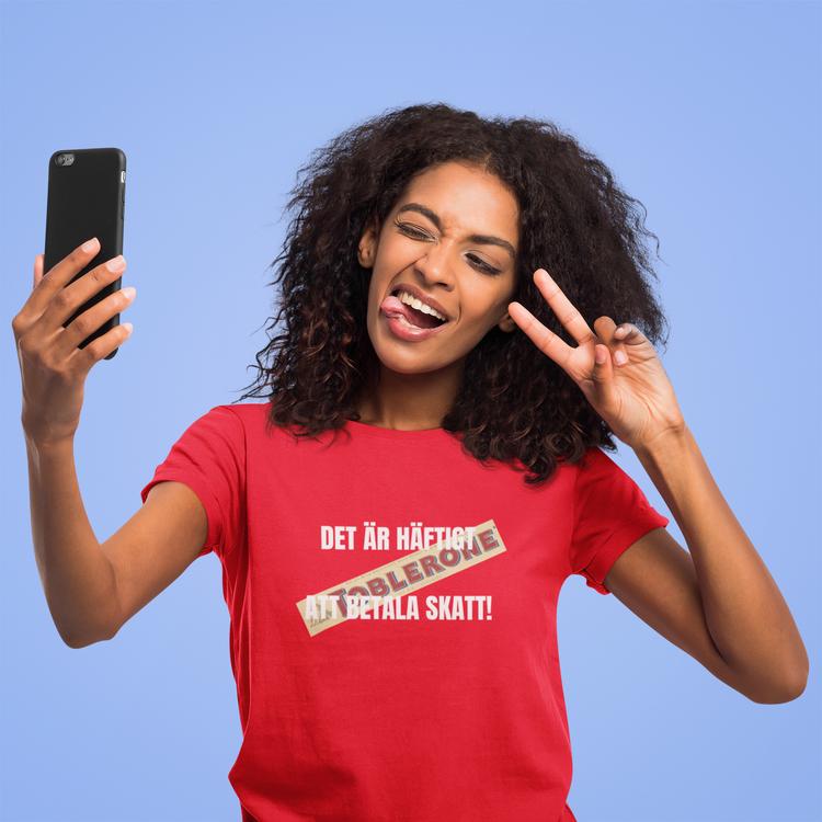 Det är häftigt att betala skatt Tshirt. Mona Sahlin Tshirt Women
