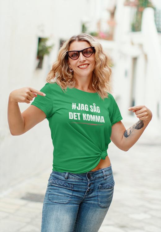 Jag Såg Det Komma T-Shirt. Vi har twistat Stefan Löfvens bevingade ord lite. T-Shirt i högsta kvalitet.