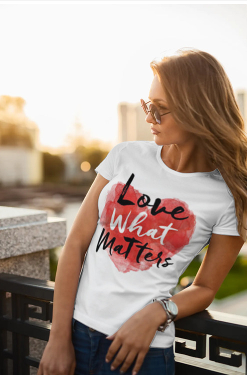 T-Shirt med tryck Love Matters. Lady Fit T-Shirt. Dam tshirt modell