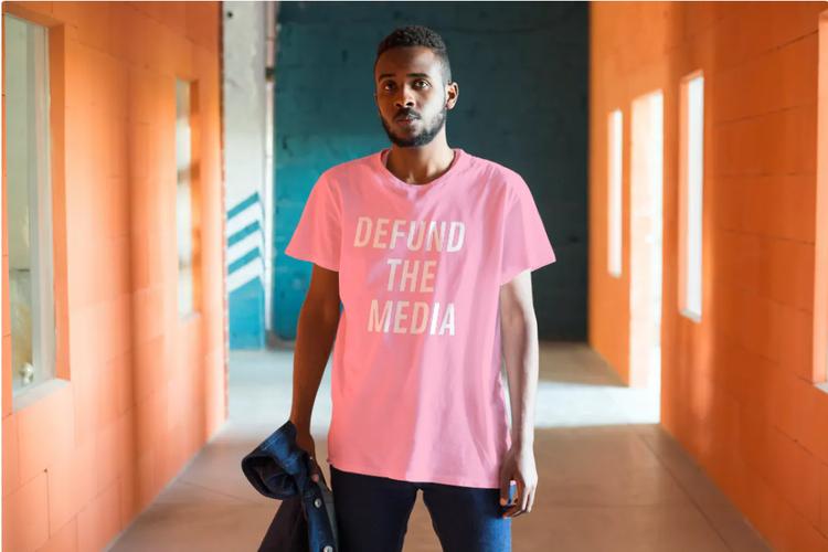 Defund The Media T-Shirt Herr Ljusrosa. Avskaffa press stödet nu!