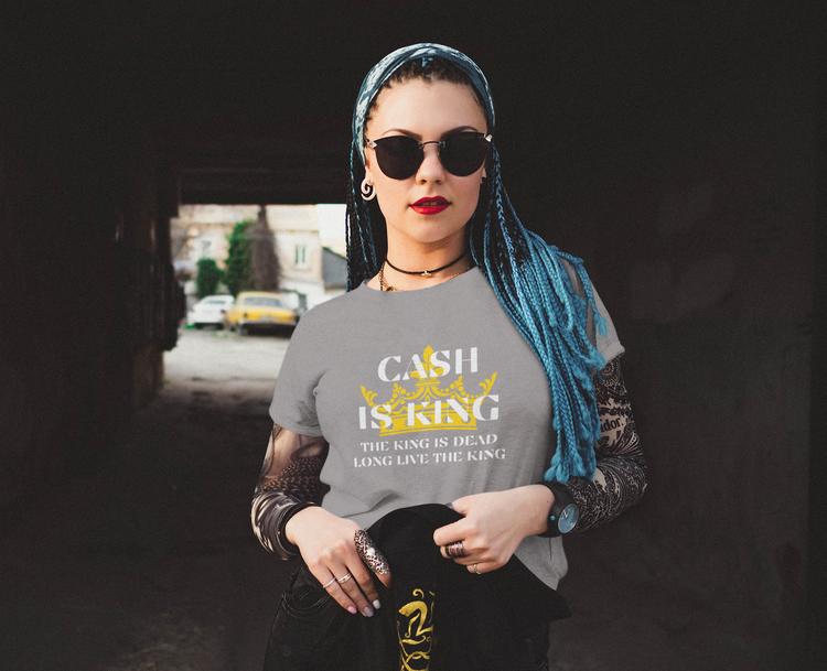 Cash Is King T-Shirt Female. T-Shirt med tryck. Perfekt gåva. Giveaway till någon som tycker cashis king