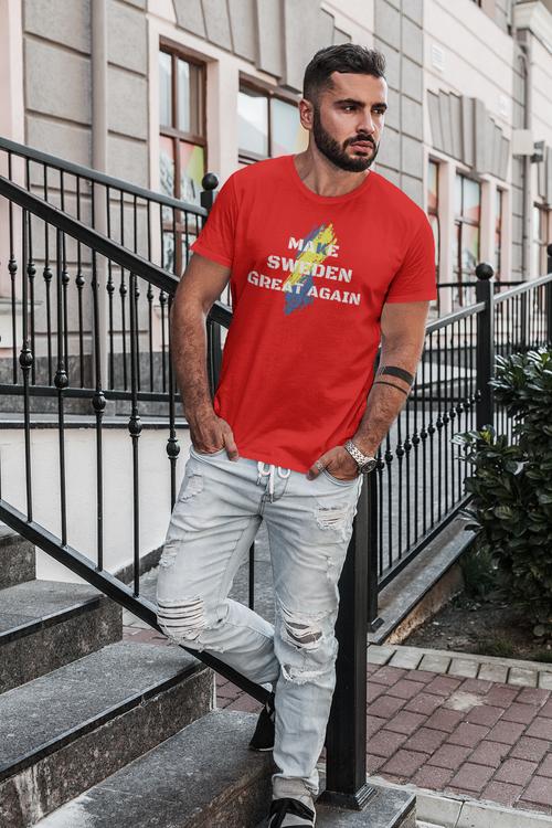 T-Shirt Herr Make Sweden Great Again Tryck med Svenska flaggan i bakgrund.
