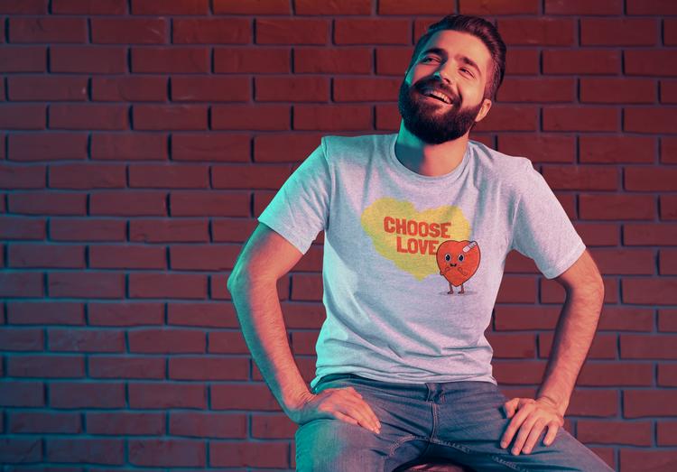T-Shirt med tryck Choose Love. En tröja med tryck från vår Stop The Hate Collection