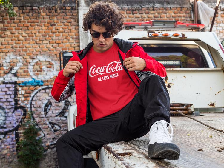 Coca Cola Tshirt. Röd Färg med Text Be Less White. T-Shirt med tryck. Herr