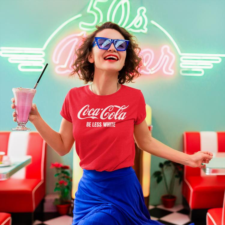 Coca Cola T-Shirt för tjejer. Text Coca Cola Be Less White. Tshirt med roligt tryck. Skickas från Sverige