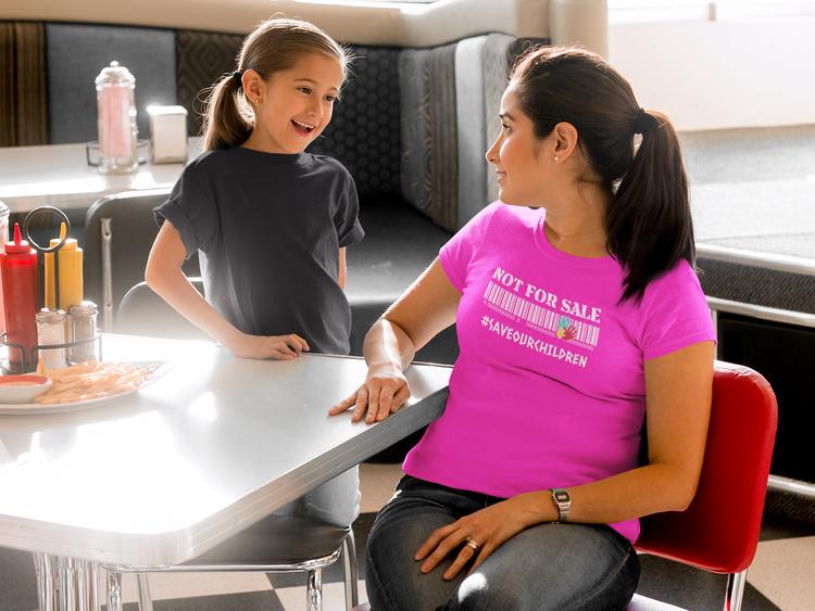 Coola Tshirt med skön passform för tjejer. Många härliga pastellfärger. Tshirt med tryck Dam Save Our Children. They are not for sale