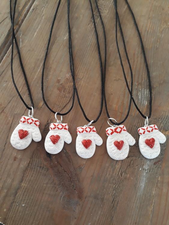 Halsband- Glittrig lovikkavante med rött hjärta