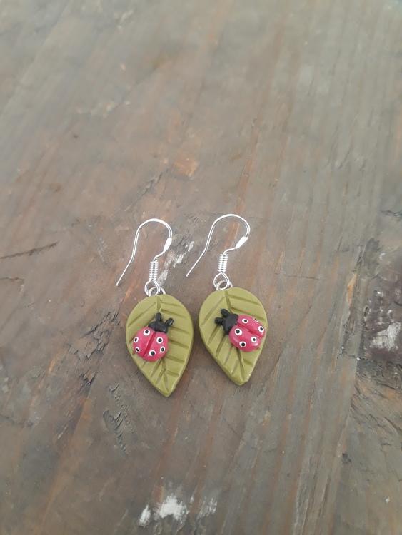 Örhängen- Löv med nyckelpigor