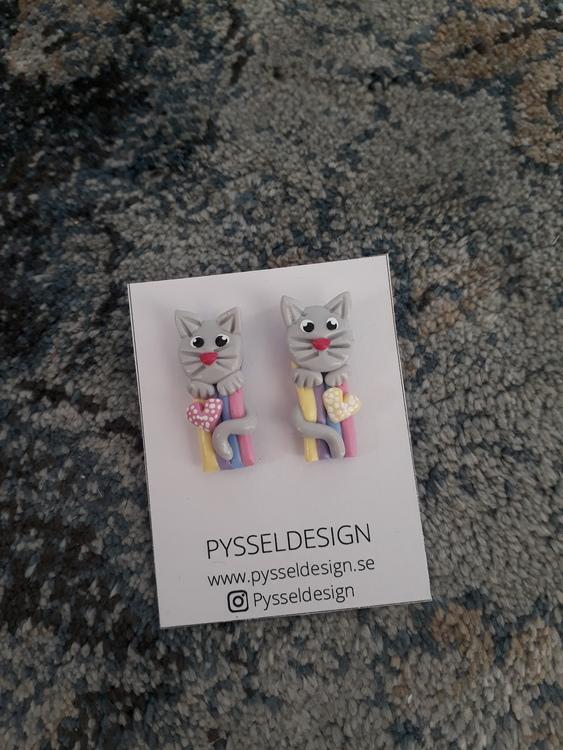 Örhängen med stift: 'Rainbow kitty'