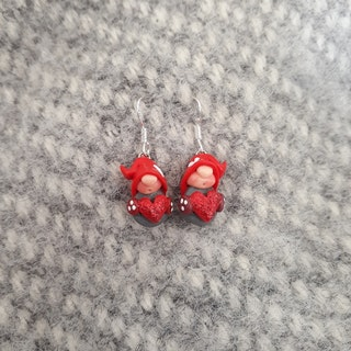 Örhängen- Grå nissar med röda luvor och röda glittriga hjärtan