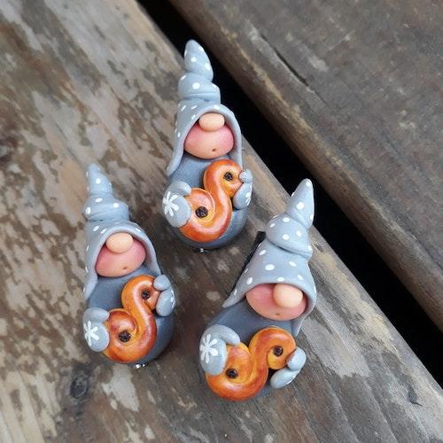 Brosch- Grå nisse med lussebulle