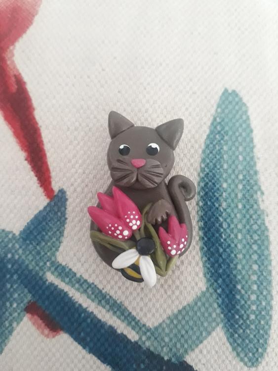 Magnet- Gråbrun katt med tulpaner och humla
