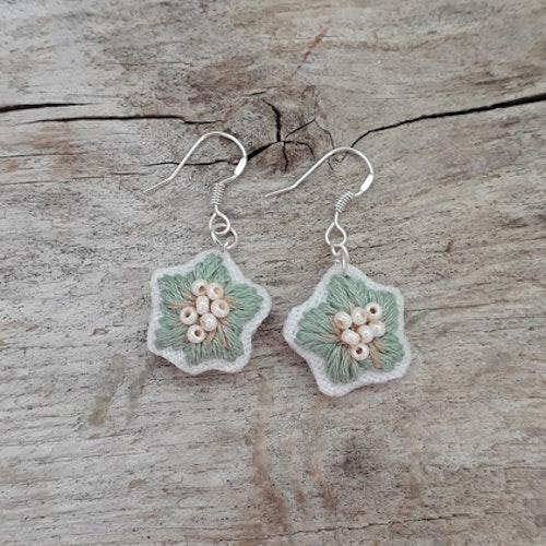 Örhängen: Broderade gröna blommor