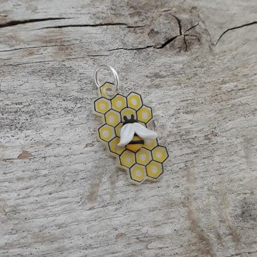 Hänge till halsband: Bi på honungskaka
