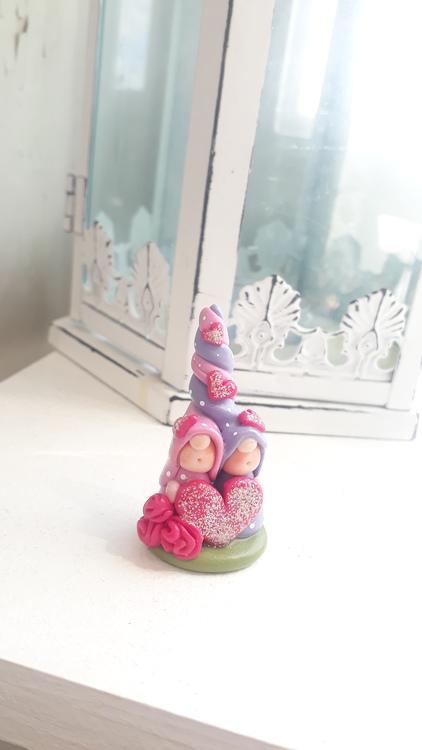 Fristående nissar: En lila och en rosa nisse med hjärtan