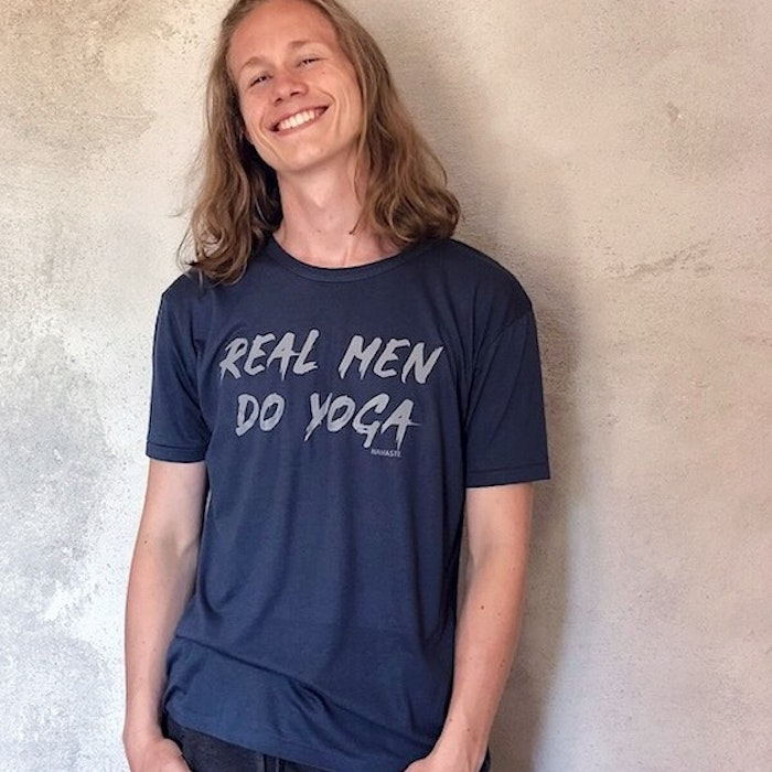"T-shirt ""Real Men Do Yoga"" Blå - Yogia"