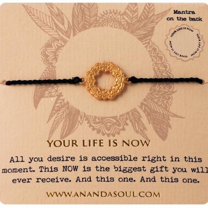 """Armband """"Your life is now"""" i Gold från Ananda Soul"""