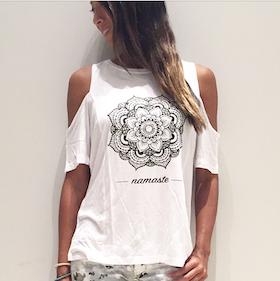 "Tröja Mandala Namaste ""Open Shoulder ""från Karma Collective - Vit"