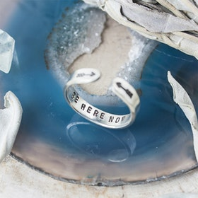 Ring i äkta silver från Zenned Out - Skinny Be here now