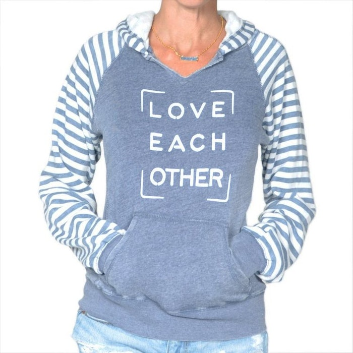 Hoodie Love each other från SuperLove Tees