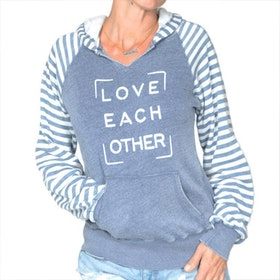 Hoodie Love each other från SuperLove Tees
