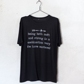 "T-shirt ""Being Both Soft And Strong..."" Svart - Yogia"