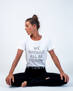 "Tröja Kim Unisex ""We should all be Yogish"" från Yogish Collective - Coconut milk"