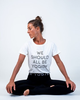 "Tröja Kim Unisex ""We should all be Yogish"" från Yogish Collective - Coconut milk"
