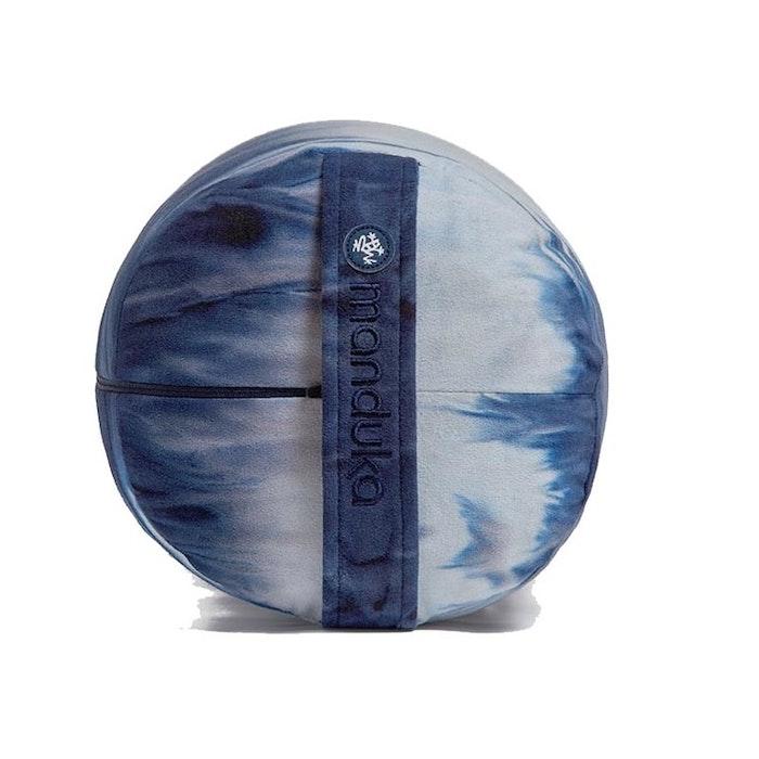 """Yogabolster """"enlight™"""" från Manduka - Hand dye Midnight"""