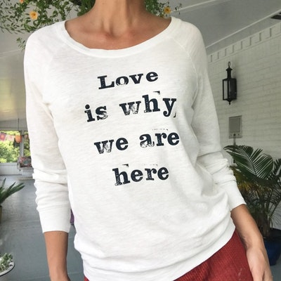 "Långärmad Tröja ""Love is why we are here"" från SuperLove Tees"